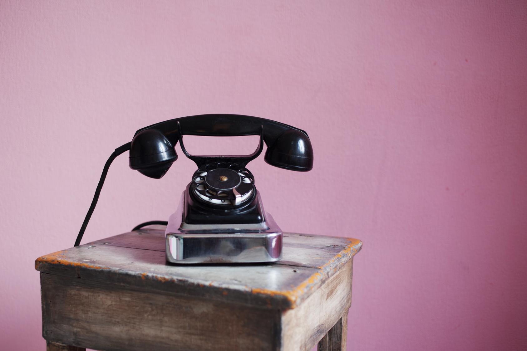 Telefon mit Drehscheibe zum kontaktieren des Kosmetikstudio Salamandra Kaufbeuren.