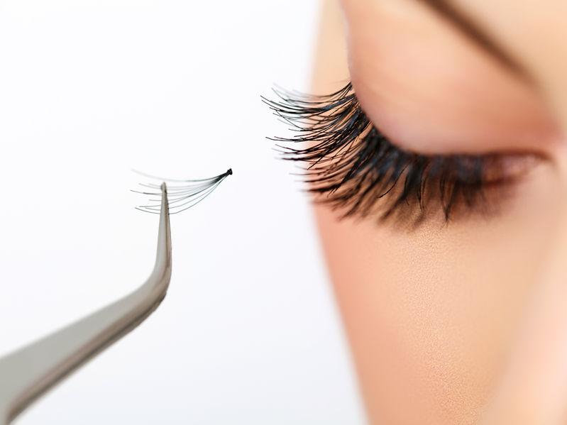 Das Auge bekommt momentan eine zusätzliche Wimper. Somit werden die Wimpern auch verlängert.